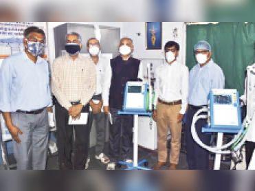 पिलानी. वेंटिलेटर के साथ अस्पताल के अधिकारी व अन्य। - Dainik Bhaskar