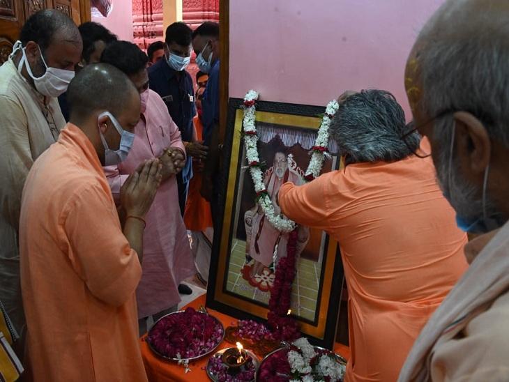 वाराणसी के अन्नपूर्णा मंदिर में 15 मिनट रहे मुख्यमंत्री, महंत रामेश्वर पुरी की प्रतिमा पर अर्पित किए पुष्प; बोले - कोई समस्या हो तो बताएं वाराणसी,Varanasi - Dainik Bhaskar