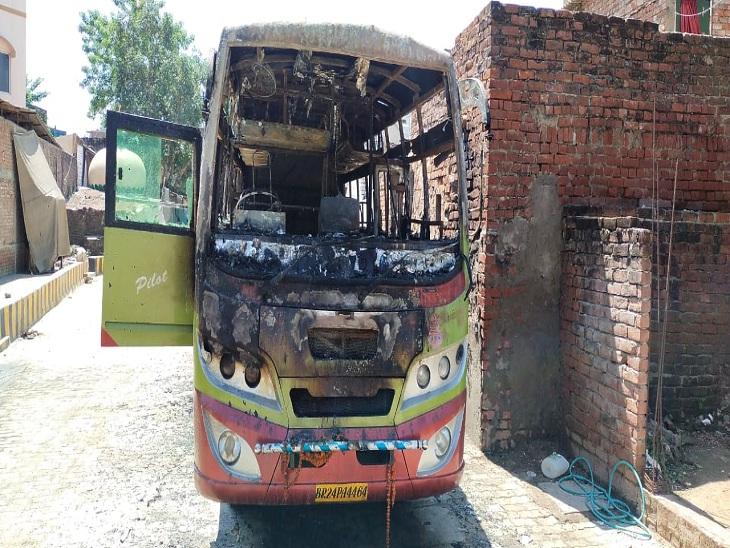 वाराणसी में अराजकतत्वों ने खड़ी बस में आग लगाई, आरोपियों का नहीं लगा सुराग, पुलिस खंगाल रही सीसीटीवी कैमरे वाराणसी,Varanasi - Dainik Bhaskar