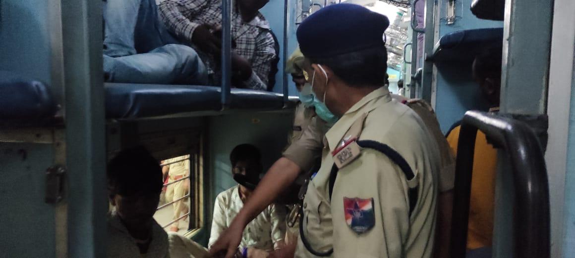 खुफिया तंत्र सक्रिय, आरपीएफ जीआरपी भी लगातार ट्रेनों और पार्सल घरों में कर रही चैकिंग, 15 अगस्त तक जारी है अभियान|बरेली,Bareilly - Dainik Bhaskar