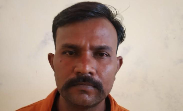 7 प्रकरणों में फरार आरोपी गुजरात में छिपा था, गांव लौटकर आया तो पुलिस ने घर पहुंचने से पहले दबोचा|सागर,Sagar - Dainik Bhaskar