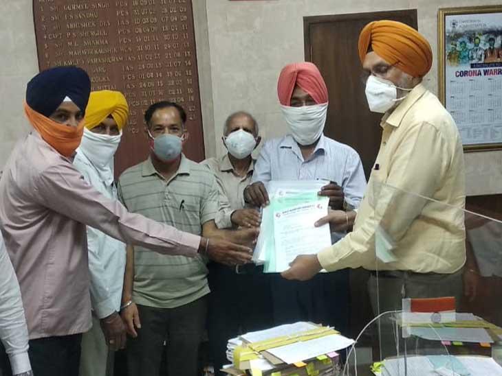 भारतीय मजदूर संघ के सदस्यों ने मांगों को लेकर नगर निगम कार्यालय के सामने रोष प्रदर्शन किया और उसके बाद एडीसी को मांत्र पत्र दिया|चंडीगढ़,Chandigarh - Dainik Bhaskar