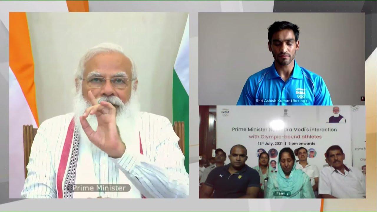 बॉक्सर आशीष से बात करते प्रधानमंत्री मोदी। इस दौरान आशीष के परिवार वाले भी मौजूद रहे।