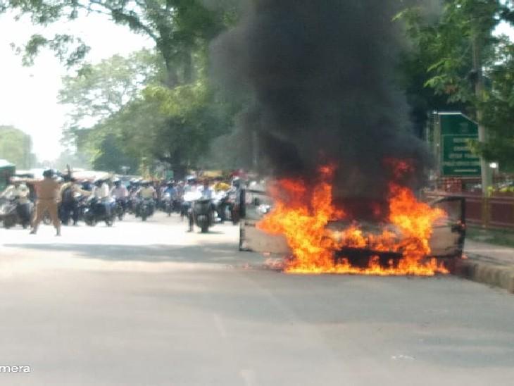 मेडिकल चौराहे के पास जा रही थी इंडिगो, ड्राइवर ने कूदकर बचाई जान, मौके पर पहुंचे दमकलकर्मियों ने बुझाई आग|प्रयागराज,Prayagraj - Dainik Bhaskar