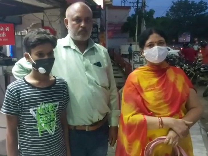 ऑटो में बैठकर बच्चे के साथ जा रही थी महिला, उतरी तो गायब हो गए बैग से रुपए गोरखपुर,Gorakhpur - Dainik Bhaskar