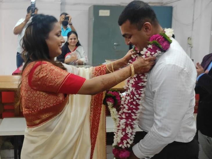 धार में बैंड-बाजा न बारात... सिटी मजिस्ट्रेट और आर्मी के मेजर ने कोर्ट में की शादी; सिर्फ मिठाई और फूल-माला पर खर्च, काेराेना की वजह से 2 साल से शादी टल रही थी|मध्य प्रदेश,Madhya Pradesh - Dainik Bhaskar