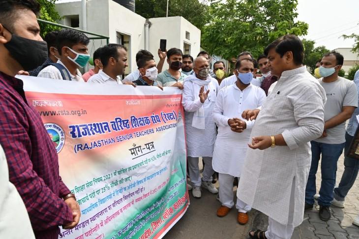जयपुर में शिक्षामंत्री के निवास पर शिक्षक संघ से जुड़े प्रतिनिधियों ने मुलाकात की। - Dainik Bhaskar