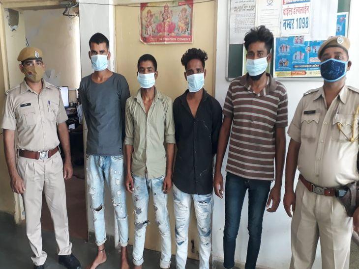 कर्मचारियों से मारपीट कर लूटा था गल्ला; मोबाइल भी छीन कर ले गए, पुलिस ने 4 आरोपियों को किया गिरफ्तार, एक नाबालिग भी पकड़ा अजमेर,Ajmer - Dainik Bhaskar