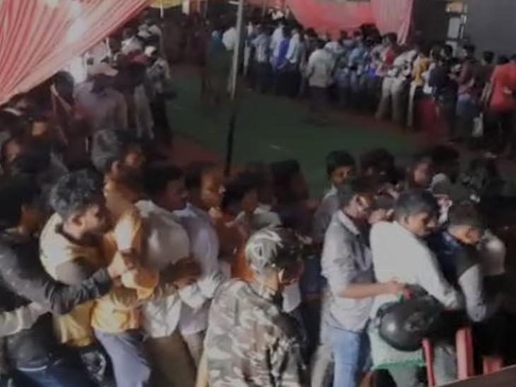 वैक्सीन लेने के लिए लोगों की उमड़ी भीड़, मारपीट की आई नौबत, कुर्सियां फेंकी गई, पुलिस ने चटकाई लाठियां|बिहार,Bihar - Dainik Bhaskar