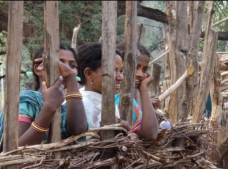 बोदली, टेटम सहित कई गांव के सैकड़ों ग्रामीण अंधेरे के साये में गुजार रहे जिंदगी, बिजली पहुंचाने की तैयारी में जुटा प्रशासन, ग्रामीण बोले- अंधेरे से मिलेगी आजादी|जगदलपुर,Jagdalpur - Dainik Bhaskar