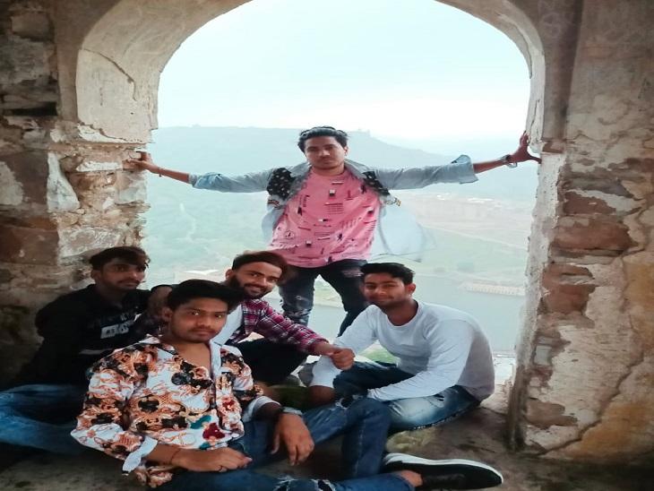 वॉच टावर पर मोबाइल से पांचों दोस्तों की ली गई फोटो।