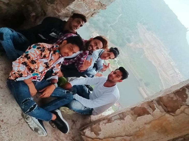 आमेर में वॉच टावर पर पांचों दोस्तों ने हादसे से कुछ समय पहले एक साथ फोटो ली