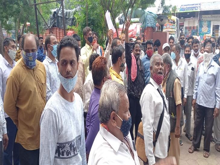 इंदौर में व्यापारी पर चाकुओं से हमला कर रुपए का बैग छीन रहे थे बदमाश, चेहरे पर लगे 28 टांके|इंदौर,Indore - Dainik Bhaskar