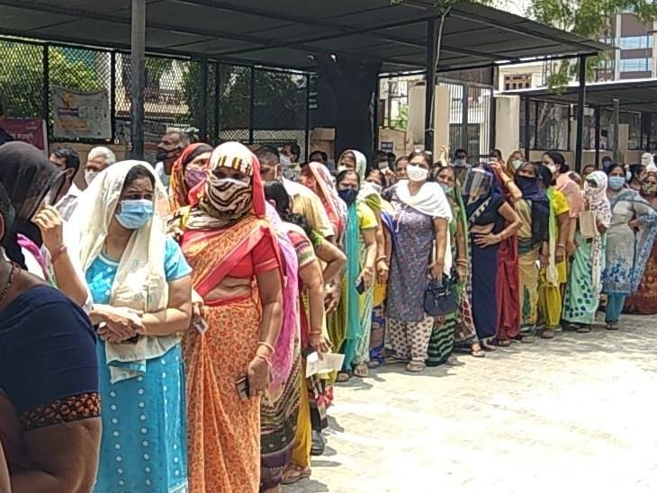 3 दिन बाद फिर सेंटर पर उमड़ी भीड़, 3 घण्टे में डोज पूरी हुई, कई सेंटर पर पुलिस के हाथों टोकन बंटवाए|कोटा,Kota - Dainik Bhaskar