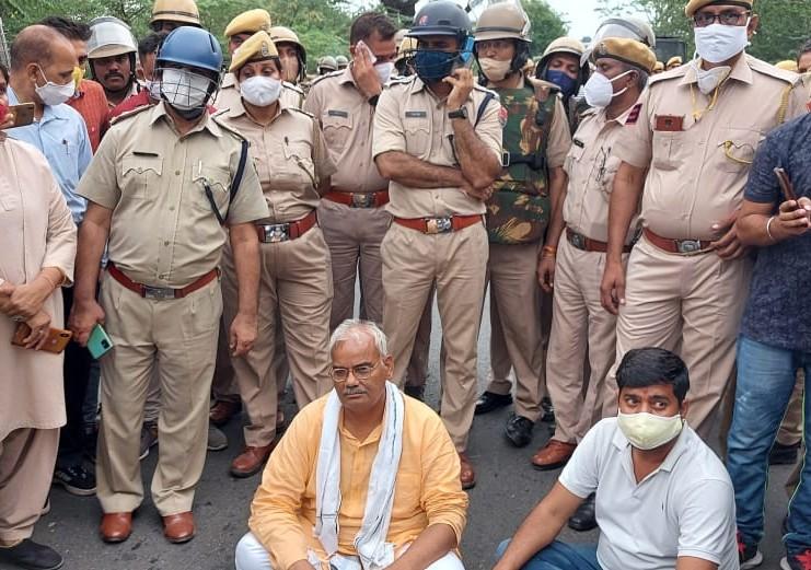 BJP प्रतिनिधि मंडल को झालावाड़ सीमा से पहले पुलिस जाब्ते ने रोका, गुस्साए मदन दिलावर बोले-'हम कोई आतंकवादी नहीं है, जो हमें रोक रहे हो, भले गोली मार दो, लेकिन हम जाकर ही रहेंगे' कोटा,Kota - Dainik Bhaskar