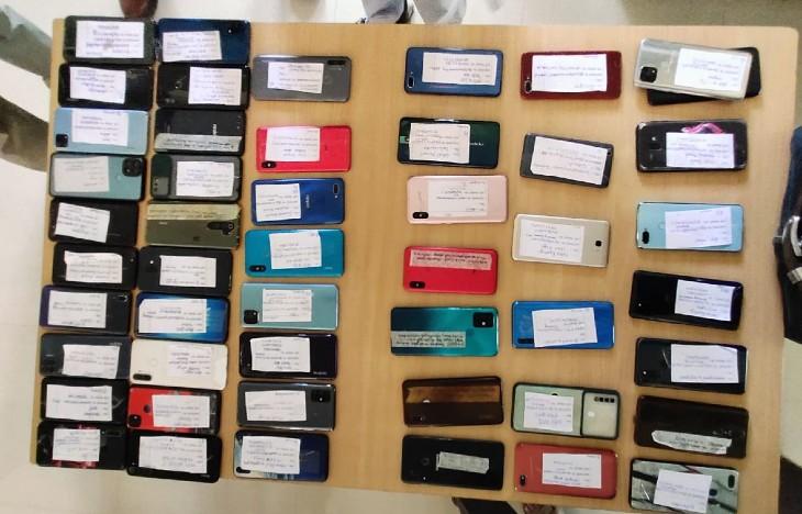 क्राइमब्रांच ने बरामद किए 50 मोबाइल