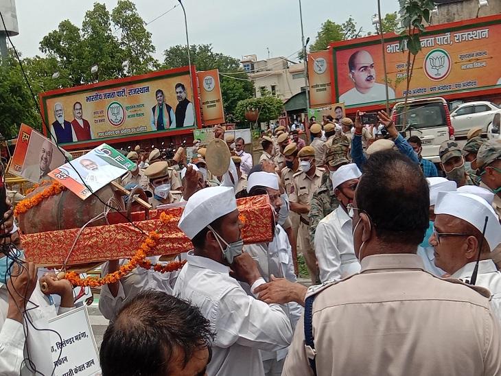 कांग्रेस सेवादल ने शंख व पीपा बजाकर केंद्र के खिलाफ की नारेबाजी, भाजपा ऑफिस के सामने बैरिकेड पर चढ़े, भाजपाइयों की पुलिस से नोकझोंक|जयपुर,Jaipur - Dainik Bhaskar