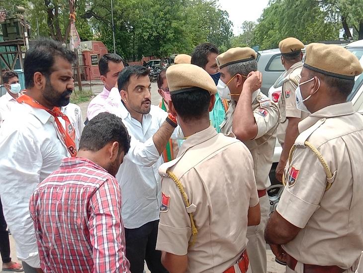 भाजपा कार्यकर्ताओं की पुलिस से हुई नोकझोंक।
