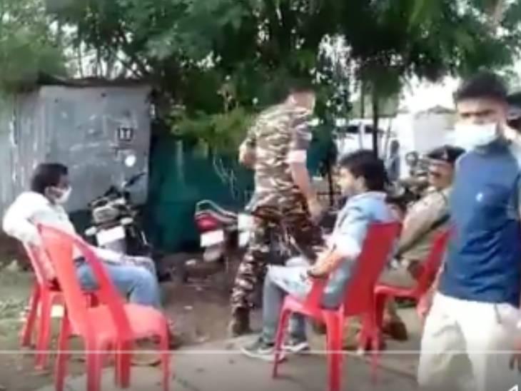 खरगोन में आर्मी की ड्रेस में TI ने पिकअप चालक को लात-घूंसों से पीटा, वीडियो बनाने पर पत्रकार से झड़प; TI लाइन अटैच|खरगोन,Khargone - Dainik Bhaskar