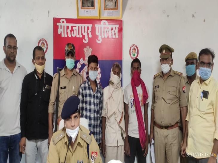 बेटे के साथ मिलकर पिता ने घर में खोली हाथियारों की फैक्ट्री, 3500 रुपए में बेचते थे तमंचा; पुलिस ने 3 को किया गिरफ्तार|मिर्जापुर,Mirzapur - Dainik Bhaskar