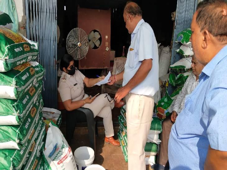 जबलपुर में अब क्राइम ब्रांच ने माढ़ोताल क्षेत्र में नकली खाद-बीज गोदाम पर दिया दबिश, गुजरात की कंपनी के नाम पर खाद की हो रही थी पैकिंग|जबलपुर,Jabalpur - Dainik Bhaskar