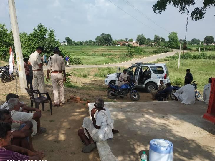 घटनास्थल पर जांच करती पुलिस। - Dainik Bhaskar