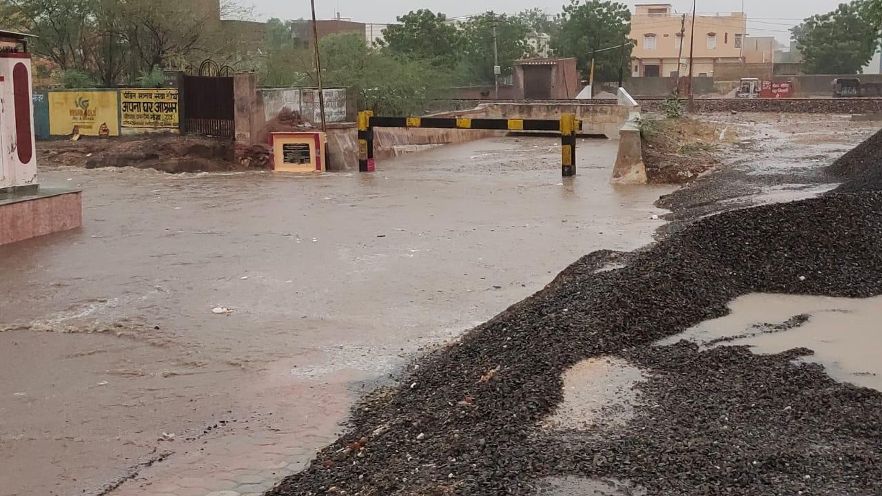 करीब एक घंटे तक नॉन स्टॉप बारिश के बाद नोखा की गलियों से पानी का सैलाब गुजरा, निचली बस्तियों में पानी भरा बीकानेर,Bikaner - Dainik Bhaskar