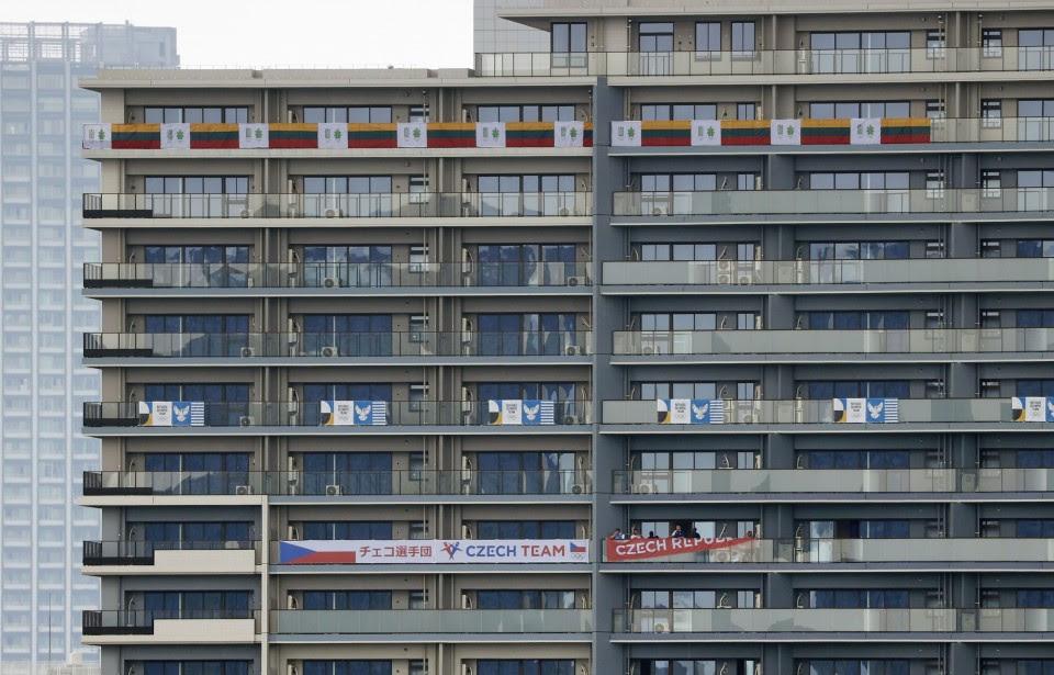 ओलिंपिक नियम न टूटें, इसके लिए ज्यादा से ज्यादा संख्या में पुलिस की गाड़ियां ओलिंपिक विलेज में तैनात रहेंगी। होटल्स के बाहर जो देश ठहरे हैं, उनके फ्लैग भी लगाए गए हैं। विलेज के अंदर 21 रेसिडेंशियल बिल्डिंग हैं।