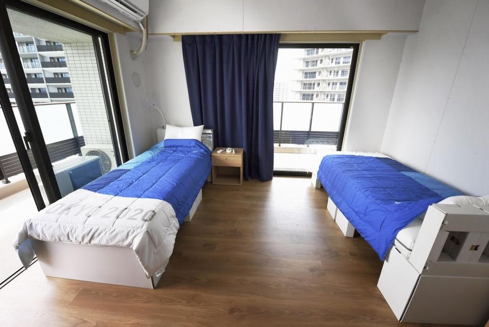 सिंगल बेड वाले रूम 9 स्क्वायर मीटर में बनाए गए हैं। जबकि, डबल बेड वाले रूम 12 स्क्वायर मीटर में बनाए गए हैं। बेड्स और पार्टिशन वॉल रिसाइक्लेबल कार्डबोर्ड से बनाए गए हैं।