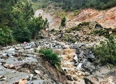ब्रौनी खड्ड में उफान, 100 मीटर बही सड़क, 5 घंटे एनएच बंद; कुपवी के भानल गांव में लैंड स्लाइड से गिरा मकान|शिमला,Shimla - Dainik Bhaskar