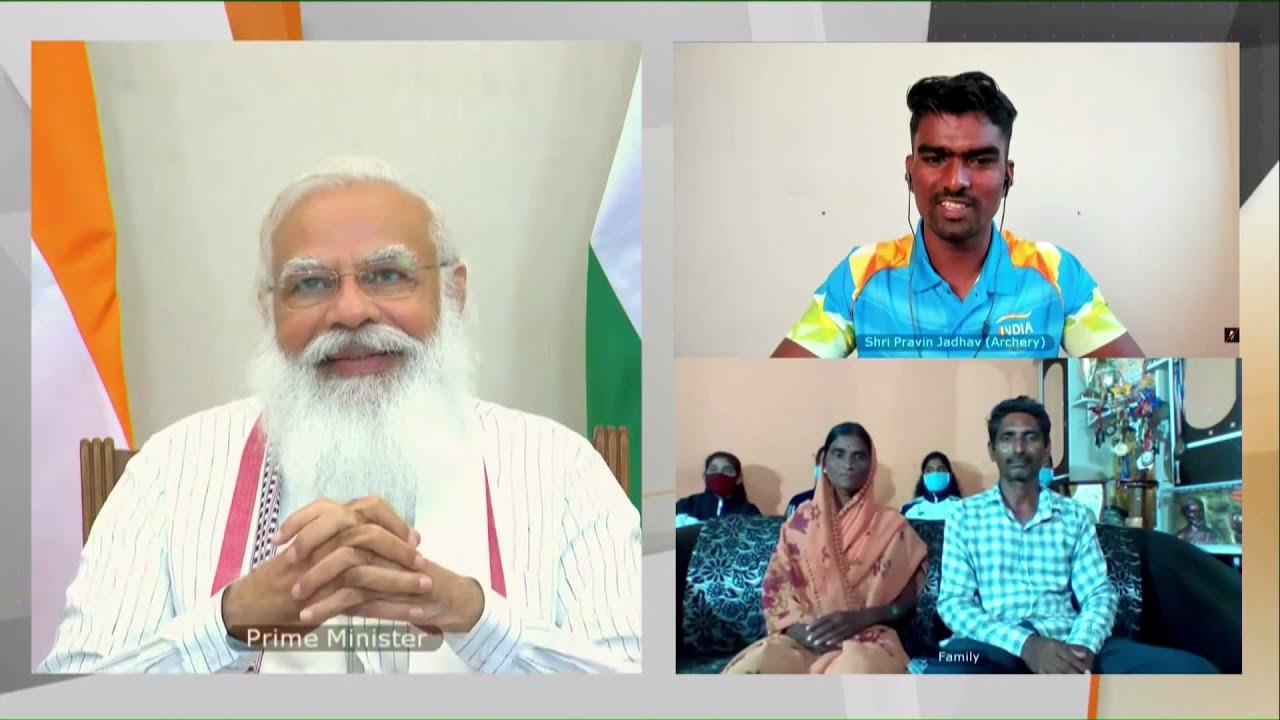 तीरंदाज प्रवीण से बातचीत करते प्रधानमंत्री मोदी। प्रवीण ने इस दौरान अपने संघर्ष की कहानी भी सुनाई।