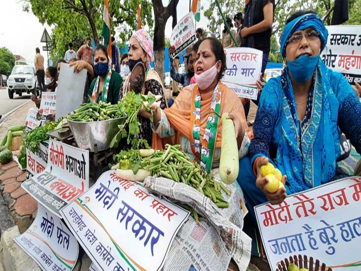 चंडीगढ़महिला कांग्रेस ने नगर निगम के बाहर सब्जियों की फड़ियां लगाकर महंगाई के खिलाफ रोष प्रदर्शन किया|चंडीगढ़,Chandigarh - Dainik Bhaskar