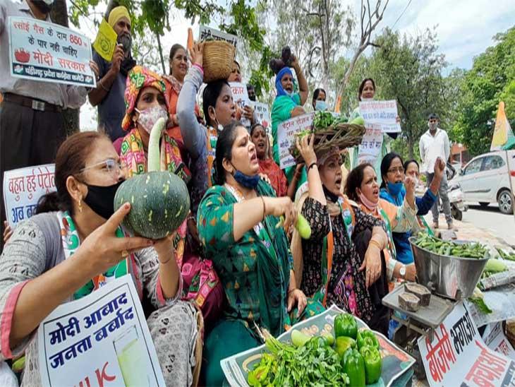 महिला कांग्रेस वर्करों ने सब्जियां बेच कर रोष जताया