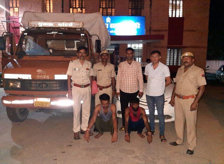 सदर थाना पुलिस की गिरफ्त में आरोपी। - Dainik Bhaskar