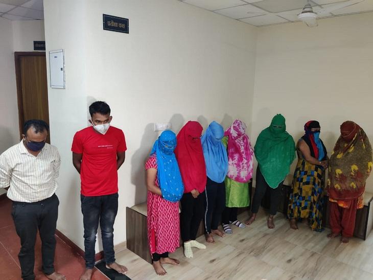रायपुर में पुलिस ने दो अड्डों पर मारा छापा, 11 कॉल गर्ल्स गिरफ्तार; एजेंट-ग्राहक भी पकड़े गए; बंगाल, मुंगेली, गरियाबंद की हैं सभी लड़कियां रायपुर,Raipur - Dainik Bhaskar