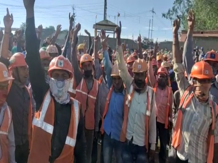 4 महीने से वेतन न मिलने पर मजदूरों ने की हड़ताल, कार्य बहिष्कार के साथ कई घंटे प्रदर्शन कर प्लांट की ओर जाने वाला रास्ता रोका वाराणसी,Varanasi - Dainik Bhaskar