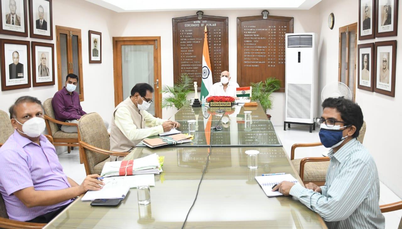 चंडीगढ़ में बैठक में अधिकारियों के साथ चर्चा करते प्रशासक वीपी सिंह बदनौर। - Dainik Bhaskar