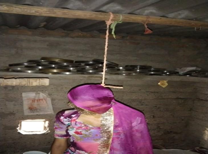 फंदे से झूलता विवाहिता का शव। - Dainik Bhaskar