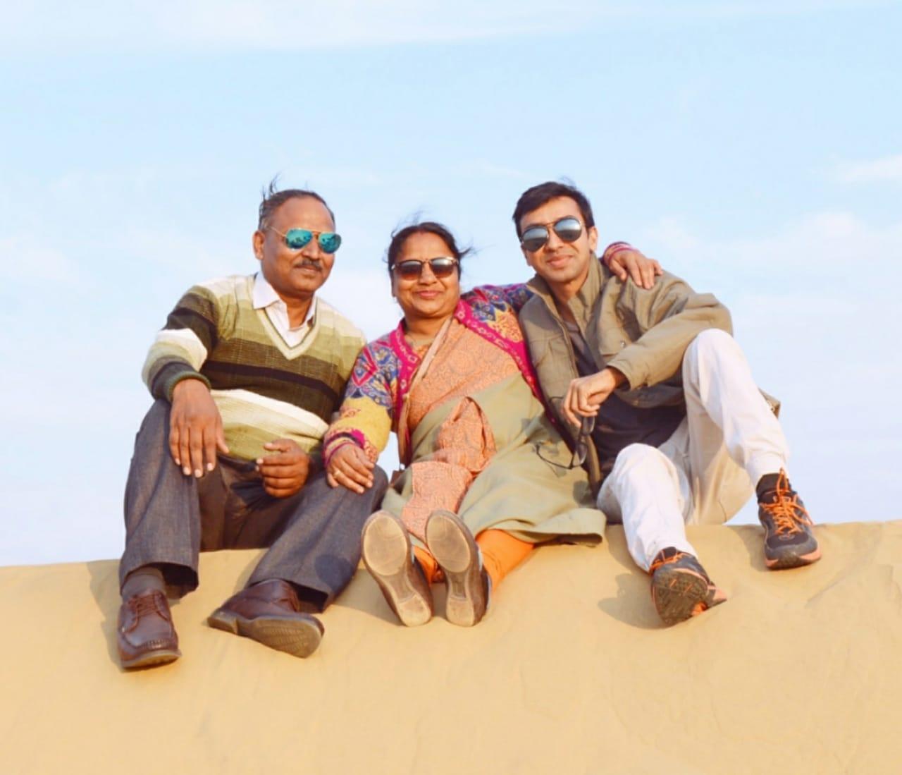 परिवार के साथ यतींद्र पोरवाल।
