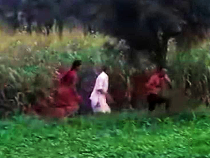 खुद को बचाने के लिए खेतों में भागते पटेल परिवार के सदस्य।