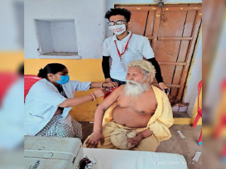 सेंटर पर वैक्सीन लगवाते महंत सूरदास महाराज। - Dainik Bhaskar