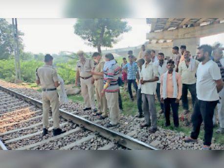 बयाना. ट्रेन की पटरी के पास घटना की जानकारी लेते पुलिसकर्मी। - Dainik Bhaskar