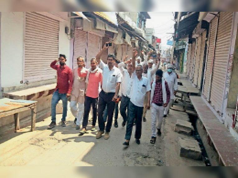कुम्हेर. कुम्हेर कस्बे के बाजार में विरोध प्रदर्शन करते हुए किसान। - Dainik Bhaskar