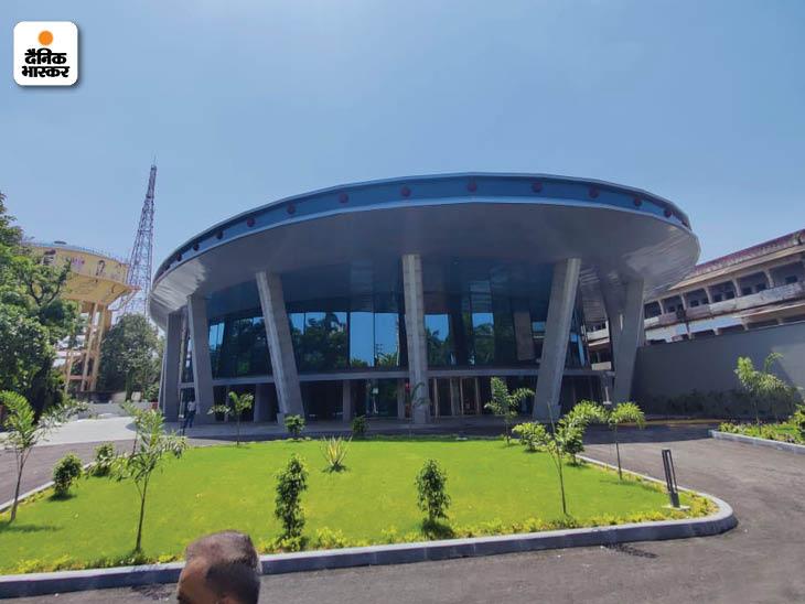 कन्वेंशन सेंटर के बेसमेंट में 120 वाहनों के पार्किंग की सुविधा है। जापानी शैली का गार्डन और लैंडस्केपिंग भी की गई है।