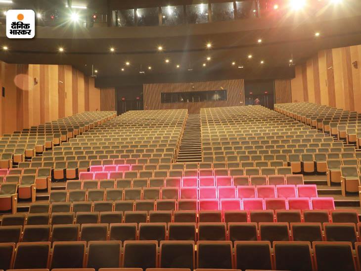 1200 लोगों के बैठने के लिए एडवांस सुविधाओं वाला हॉल है। जरूरत पड़ने पर हॉल को लोगों की संख्या के मुताबिक 2 हिस्सों में बांटा जा सकता है।