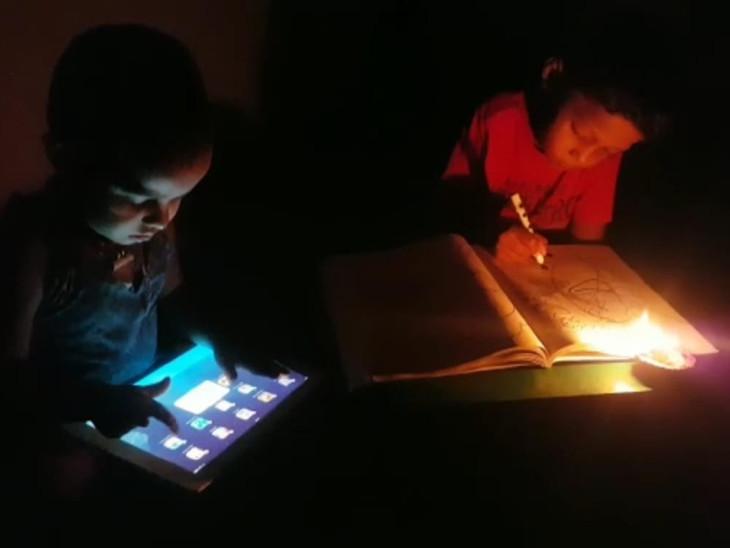 जोधपुर के शेरगढ़ तहसील में 25 घरों में बिजली नहीं, घर में मोबाइल और टैब, लेकिन चार्ज करने के लिए 2KM दूर जाना पड़ता है; VIDEO|जोधपुर,Jodhpur - Dainik Bhaskar