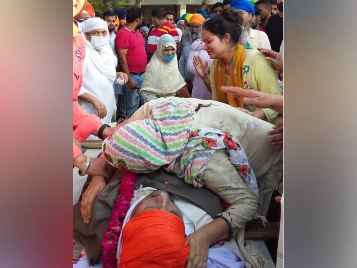 अमृतसर में सूफी गायक मनमीत सिंह के अंतिम संस्कार से पहले पार्थिव शरीर को देख भावुक हुए भाई किरणपाल और अन्य। - Dainik Bhaskar
