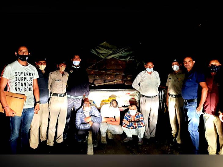मणिकर्ण घाटी में रात 2 बजे 3 युवक ले जा रहे थे देवदार के 40 स्लीपर भरकर, लोडेड जीप के साथ काबू|हिमाचल,Himachal - Dainik Bhaskar