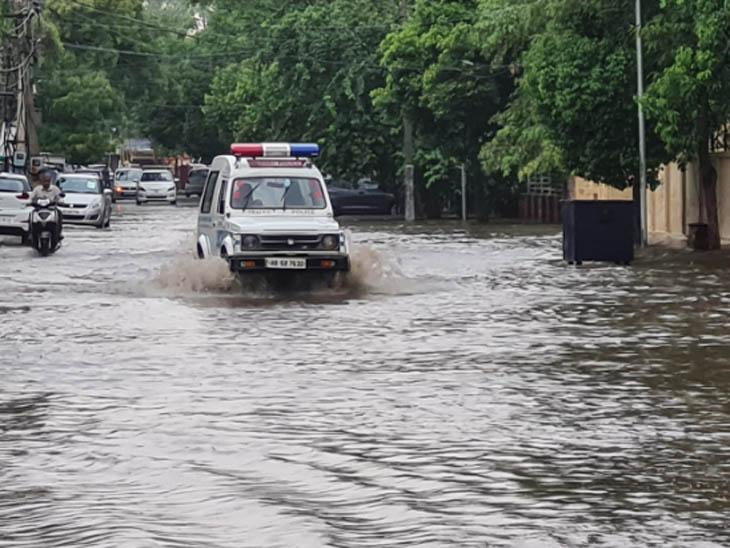 रेवाड़ी में बारिश के बाद सड़क पर भरे पानी के बीच गश्त करती पुलिस की जिप्सी। - Dainik Bhaskar