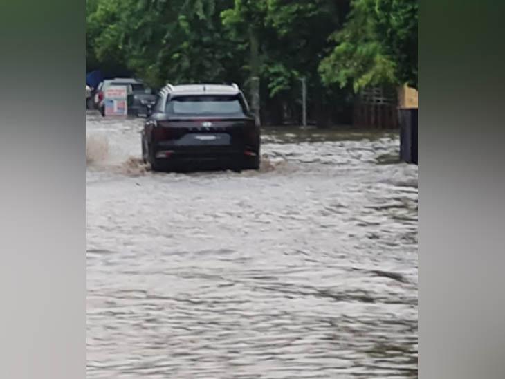 दो दिन में भारी बारिश के बाद शहर की लगभग हर सड़क का यही हाल है।